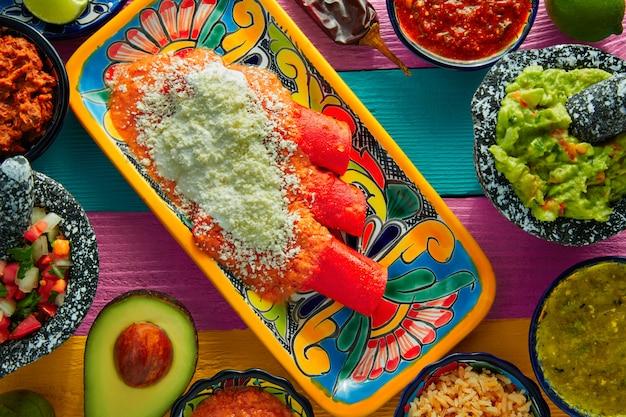 Enchiladas rouges plats mexicains avec guacamole