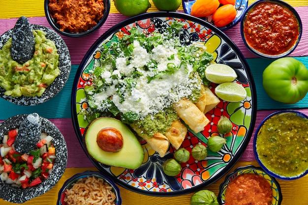 Enchiladas vertes cuisine mexicaine avec guacamole