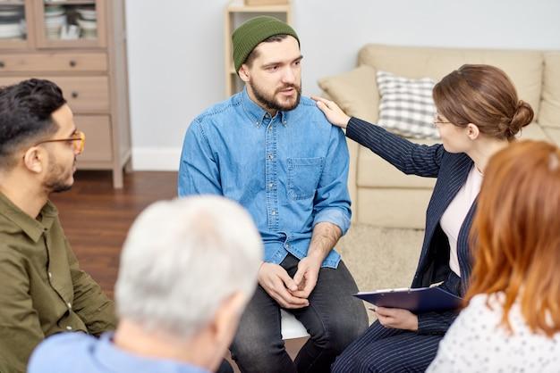 Encourager un patient déprimé lors d'une séance de thérapie de groupe