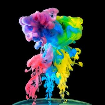 Encres colorées dans l'eau sur une surface noire