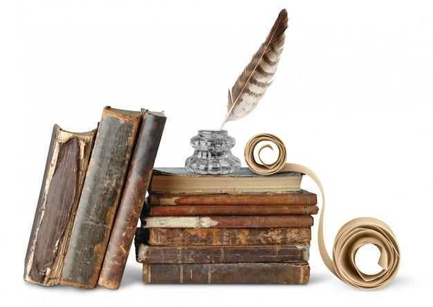 Encrier et faites défiler une pile de livres anciens sur un mur blanc