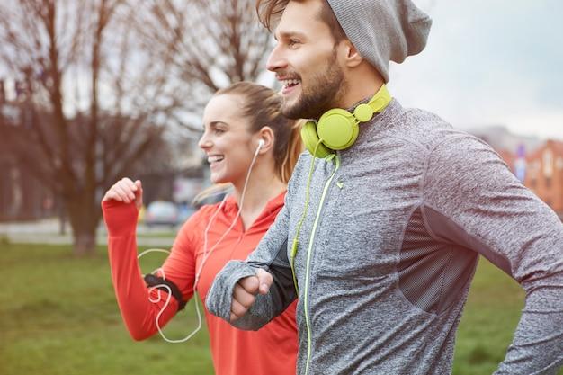 Endorphines pendant le jogging avec petite amie