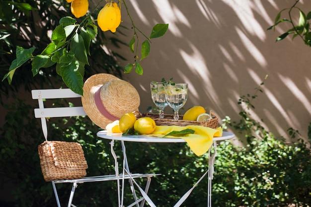 Un endroit confortable dans le jardin de citron avec une table et de la limonade. antibes, france