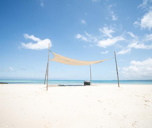Endroit parfait à l'ombre sur une belle plage tropicale