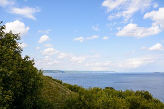 L'endroit Le Plus Large De La Volga. Beau Paysage Un Jour D'été Nuageux. Photo Premium