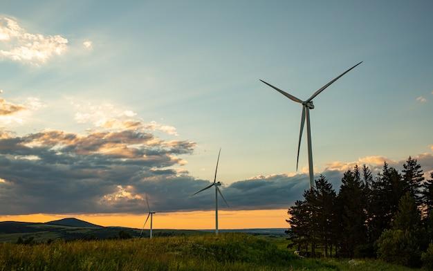 Énergie alternative. parc éolien. vue aérienne d'éoliennes à axe horizontal produisant de l'électricité énergie éolienne. technologies d'énergies renouvelables propres. les centrales éoliennes.
