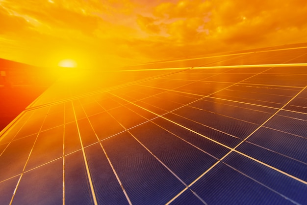 Énergie alternative pour conserver l'énergie mondiale (panneaux solaires dans le ciel)