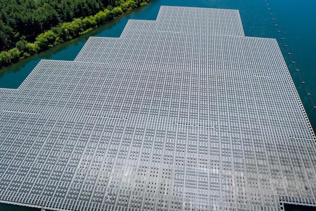 L'énergie écologique de la centrale solaire flotte sur l'étang d'eau, dans l'énergie renouvelable électrique