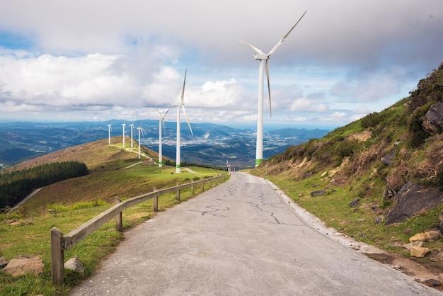 Énergie renouvelable. éoliennes, parc éolien dans un paysage pittoresque du pays basque, en espagne.