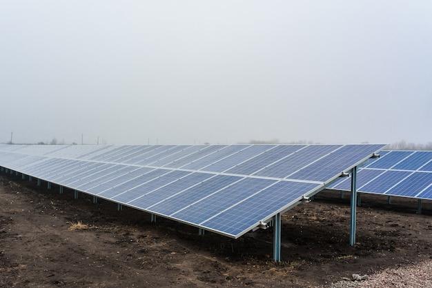 Énergie verte écologique. usine de panneaux solaires montée au sol.