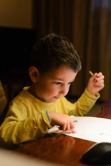 Enfance, dessin de garçon mignon à la maison. bonne créativité de l'enfant.