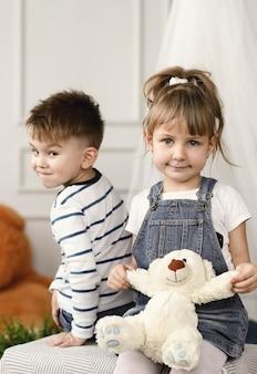 Enfance. deux enfants à la maison