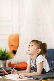 Enfance. jeune fille à la maison