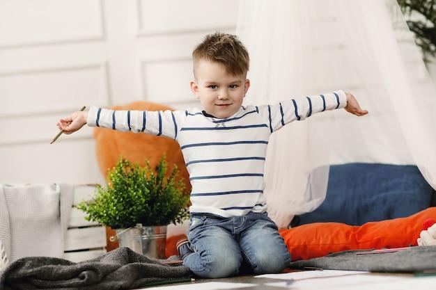 Enfance. jeune garçon à la maison