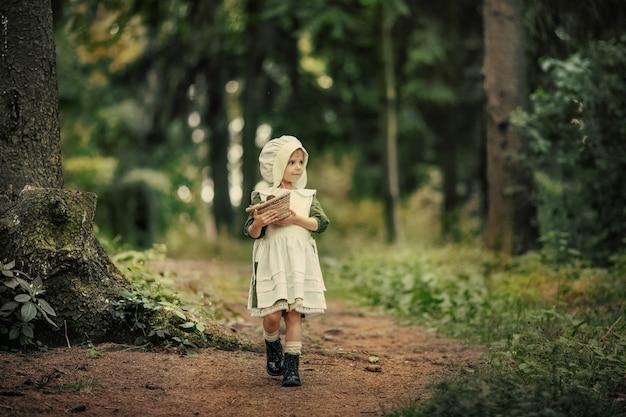 Enfance magique. des miracles arrivent. une petite fille féerique se promène dans une incroyablement belle forêt verte. des histoires au coucher.