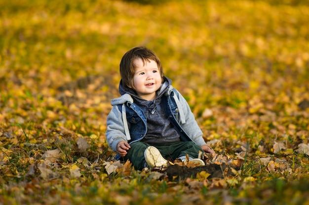 Enfant de 0 à 1 ans dans le parc d'automne