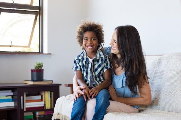 Enfant adopté jouant avec sa mère