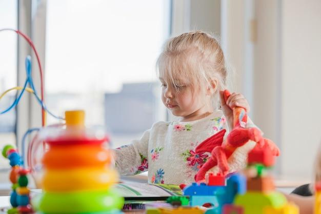 Enfant d'âge préscolaire dans la garderie