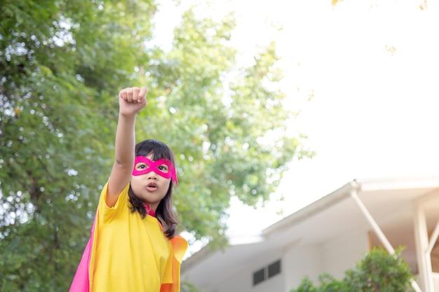 L'enfant agit comme un super-héros pour sauver le monde
