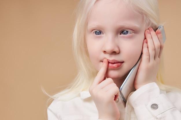 Enfant albinos caucasien de rêve parlant au téléphone
