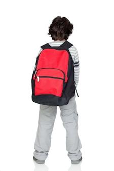 Enfant anonyme avec un sac lourd