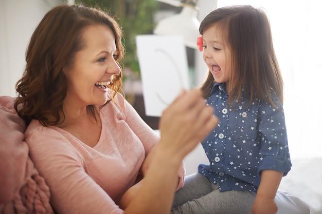Enfant apprenant l'alphabet avec sa mère