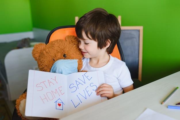 Enfant apprenant et écrivant le coronavirus