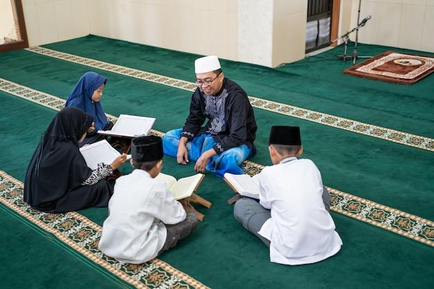 Enfant apprenant à lire le coran