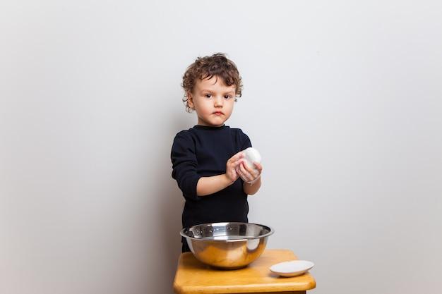 , l'enfant apprend à bien se laver les mains avec du savon