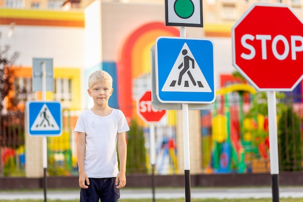 Un enfant apprend à traverser la route à un passage pour piétons