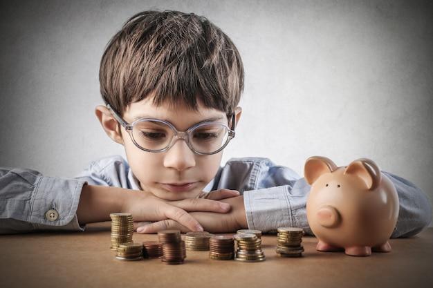 Enfant avec de l'argent