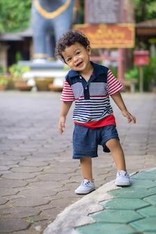 Enfant asiatique aux cheveux bouclés