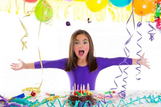 Enfant asiatique enfant fille en fête d'anniversaire