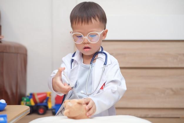 Enfant asiatique, jouer, docteur, chez soi