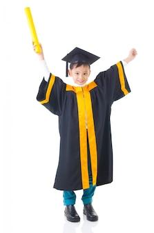Enfant asiatique en robe de graduation