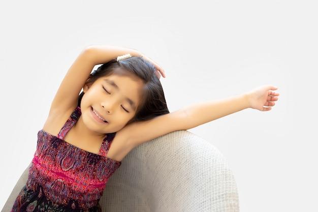 Enfant asiatique se réveillant d'une journée de farniente
