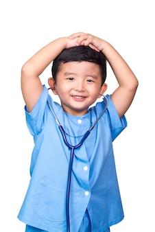 Enfant asiatique en uniforme médical bleu tenant un stéthoscope.