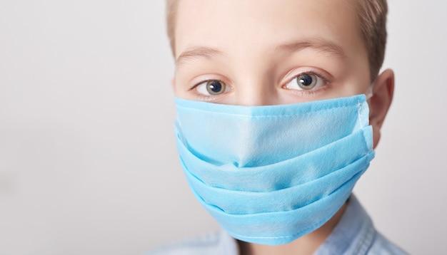 Enfant au masque médical. coronavirus et pollution de l'air concept pm2.5.