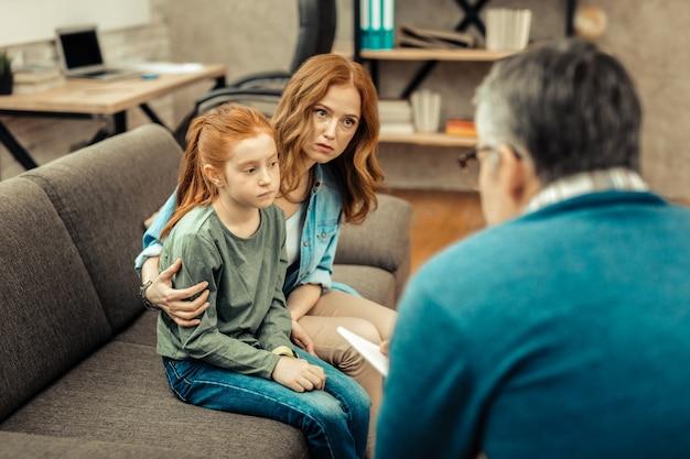 Enfant autiste. belle fille triste étant impliquée dans ses pensées alors qu'elle souffre d'autisme