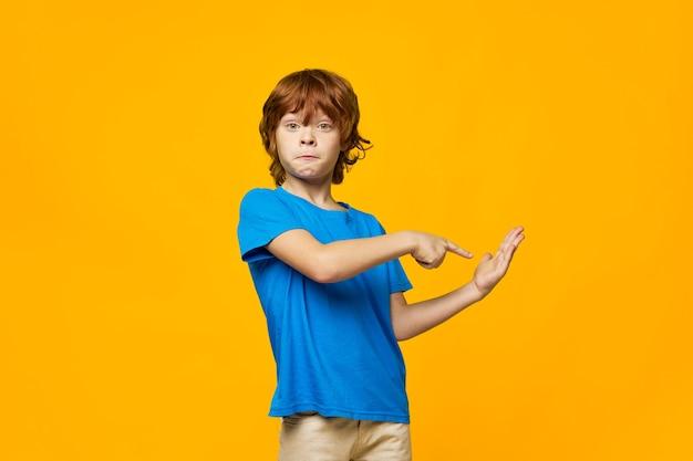 Enfant aux cheveux roux avec des taches de rousseur taches de rousseur garçon bleu