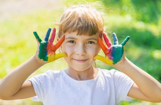 Enfant aux mains et aux jambes peintes