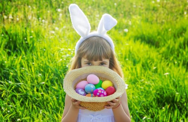 Enfant aux oreilles de lapin. pâques. mise au point sélective.