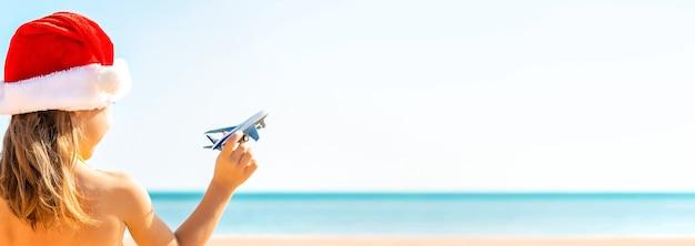 Enfant avec des avions en main sur la plage