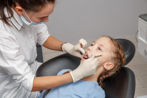 Enfant, avoir, dentaire, vérification, haut, spécialiste, dentiste, bureau