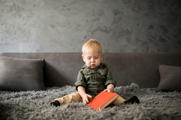 Enfant en bas âge dans une chambre