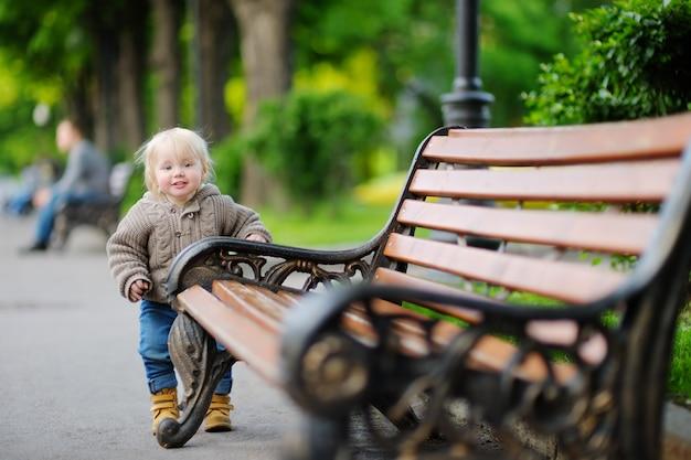 Enfant en bas âge se promener dans le parc