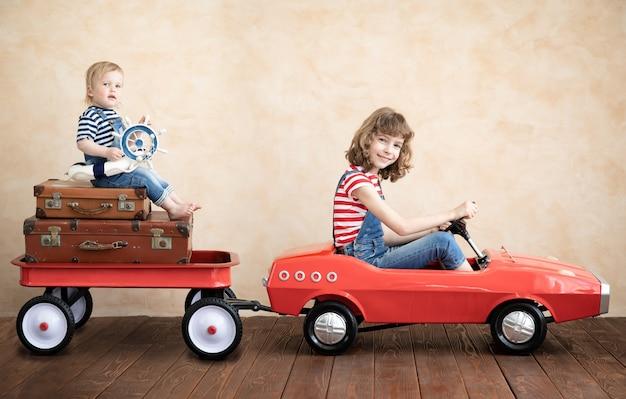 Enfant et bébé jouant à la maison. concept de vacances et de voyage d'été