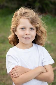 Enfant blond aux cheveux longs
