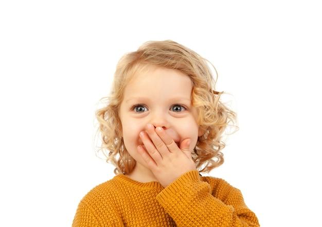 Enfant blond surpris aux yeux bleus
