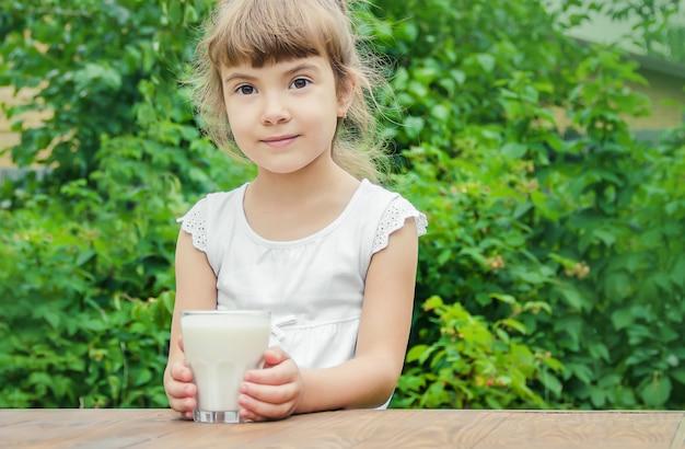L'enfant boit du lait et des biscuits. mise au point sélective.